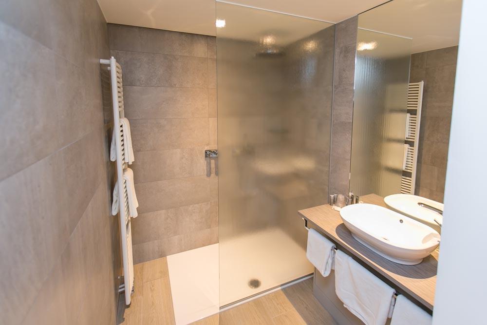 A d a projects vloerwerken keramische en natuursteen vloeren in badkamers woningen en keukens - Keramische inrichting badkamer ...